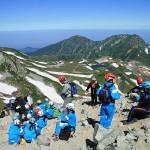 立山に上る富山県内の小学6年生たち