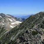 雄山から立山三山の最高峰・大汝山(右)越しに見える剱岳(左)