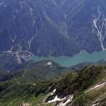立山から黒部湖を見下ろす