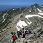 立山三山の富士の折立(2999m)から真砂岳に下りていく富山県内の中学生たち