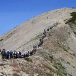 立山連峰の真砂岳(2861m)に登って行く富山県内の中学生たち