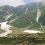 雷鳥平キャンプ場には色とりどりのテントが並ぶ