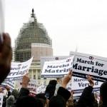 米連邦議会前で行われた同性婚に反対する集会でプラカードを掲げる参加者ら=25日、米ワシントン、岩城喜之撮影