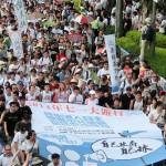 7月1日の真の普通選挙実現を求める民主化デモ。先頭のデモ参加者は透明性のある選挙案を政府が提示することを求める垂れ幕を持って歩いた