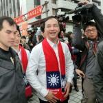 台北市内の国民党本部前に現れた同党の朱立倫総統候補