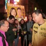 12月18日、台北市内では「時代力量」の立法委員候補でロックミュージシャンの林昶佐氏(右端)が民進党の蔡英文総統候補と自身の顔写真を載せたプラカードを掲げて選挙活動している