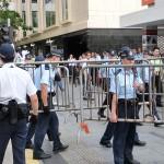 7月2日朝、徹夜の金融街セントラルでの座り込みデモを排除して鉄柵を解除する香港の警官たち