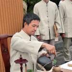 台北市内で行われた平和茶話会で台湾茶を注いでもてなす茶館スタッフ