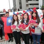 12月18日、総統選告示後に行われた台北市内にある国民党選挙本部前の選挙活動。女性党員らがPR