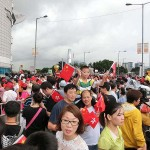 7月1日、香港の湾仔(ワンチャイ)にある金紫荊広場で行われた国旗掲揚式で中国返還17周年を祝う人々