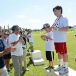 参加者は桑江朝千夫・沖縄市長(左)と當山宏・嘉手納町長(左から2人目)からメダルを授与された