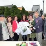 台北市内で行われた平和茶話会では絵画作品の制作も。呂秀蓮元副総統(中央)らが作品を見て回った