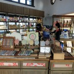 林百貨店は昭和7年創業で創立84周年。商品も昭和レトロを懐かしむ日本人には魅力的