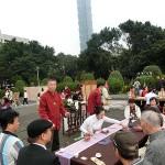 台北市内で行われた平和茶話会で台湾茶を一服して楽しむ人々
