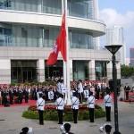 7月1日、香港中心部の湾仔(ワンチャイ)金紫荊広場で行われた香港返還18周年の国旗掲揚式。中国の国旗(五星紅旗)と香港特別行政区旗が掲揚された