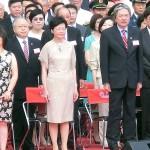 国旗掲揚式に参加する香港ナンバー2の林鄭月娥政務官(左から3番目)と香港ナンバー3の曽俊華(ジョン・ツァン)財政官