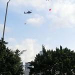 上空のヘリが中国旗と香港特別行政区旗を棚引かせた