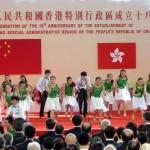 返還18周年の記念式典でのエンターテインメント。若者たちがダンスを披露した