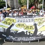 7月1日午後、香港中心部で行われた毎年恒例の民主化デモでは梁振英行政長官の辞任や香港基本法の改正などが民主化要求に掲げられた