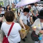 昨秋の雨傘革命運動のシンボルだった黄色い傘を折り紙で作成して参加者に配る人も