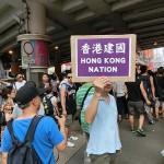 香港独立を訴えるプラカードを持つ人も