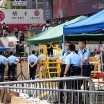 旺角(モンコック)のデモ現場を見守る香港の警官ら