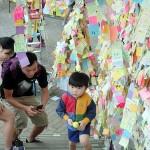 金鍾(アドミラルティー)の占拠デモエリアにあるメッセージを張る場所を歩く子ども