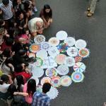 金鍾(アドミラルティー)の占拠デモ現場では傘のデザインを参加者が描いて評価し合うゲームも
