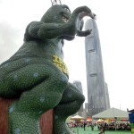 恐竜屋の巨大滑り台。恐竜がまるで高層ビルをつかんでいるようなアングルは香港で豊かな想像力をかきたてる