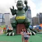 恐竜屋の巨大滑り台。最近は香港でもスマートフォンで自撮りする若者が増えている