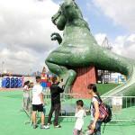 恐竜屋の大型滑り台。猛暑でも子どもたちに大人気