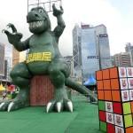 高層ビルに囲まれて恐竜屋の恐竜が香港来襲?