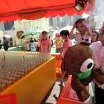 ゲームで熊のぬいぐるみが大当たり。喜ぶ香港人の子ども