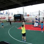 園内はバスケットボールを楽しむ施設もある