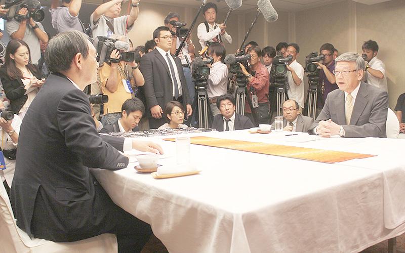 辺野古移設議論は平行線、菅官房長官・翁長知事の初会談
