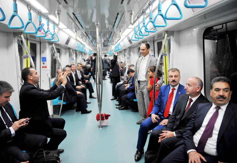 29日、ボスポラス海峡の海底トンネルを走る地下鉄(AFP=時事)