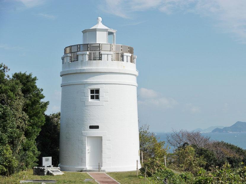 現存最古のレンガ造り灯台の菅島灯台=10月30日、三重県鳥羽市の菅島