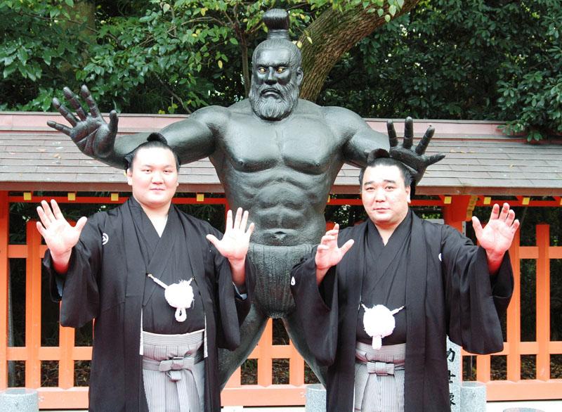 建立された古代力士像の前でポーズを取る白鵬(左)と日馬富士=2日、福岡市