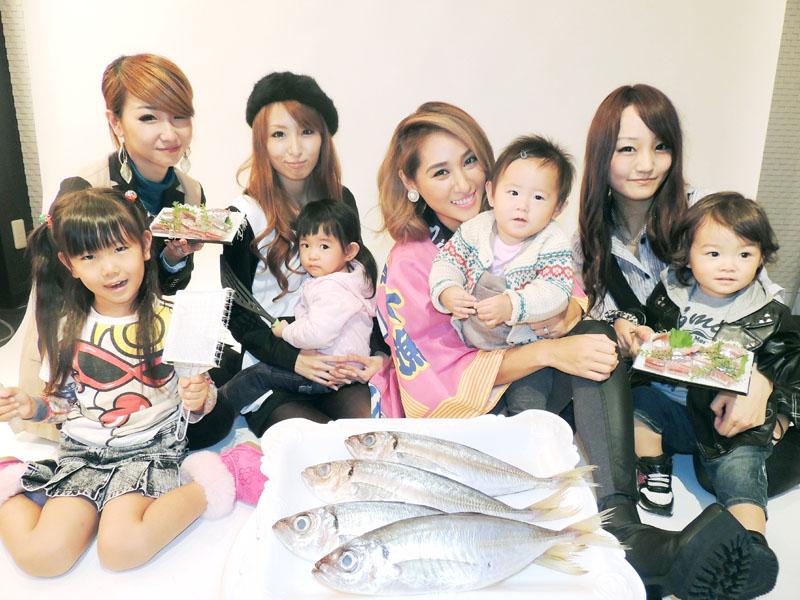 鮮魚商の協力を得て若い母親を対象にした魚の料理教室を始める「ウギャル」リーダーのライさん(右から4人目)と一般の親子ら=10月21日、東京都渋谷区