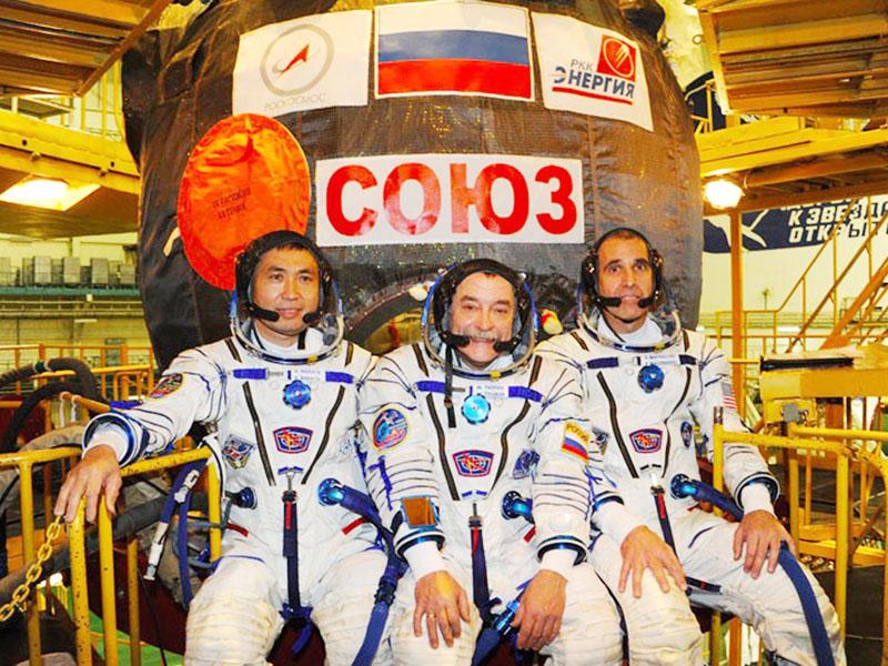 国際宇宙ステーション長期滞在に向け、7日打ち上げ予定のソユーズ宇宙船の最終準備を進める若田光一さん(左)=10月28日、カザフスタン・バイコヌール宇宙基地(ロシア・RSCエネルギア社ホームページより)