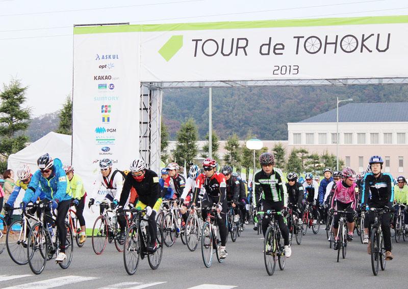 復興支援などの目的で開催されたサイクリングイベント「ツール・ド・東北2013in宮城・三陸」で、スタートする参加者=3日午前、宮城県石巻市