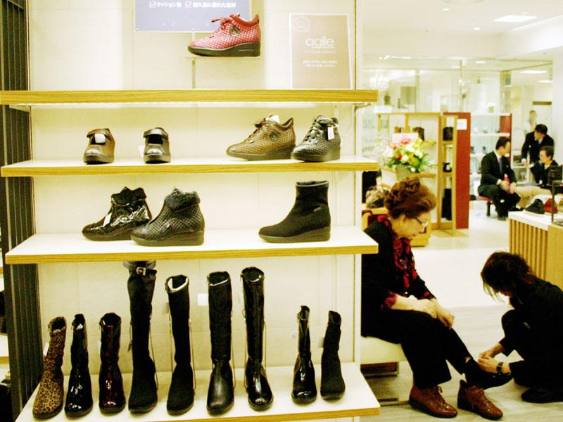 「アラ60」以上のシニア向けに特化した松坂屋上野店の婦人靴売り場=10月30日、東京都台東区