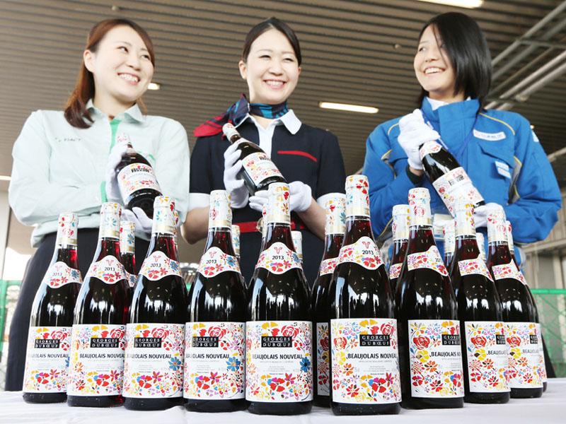 羽田空港に到着した「ボージョレ・ヌーボー」の初荷=5日午前、同空港