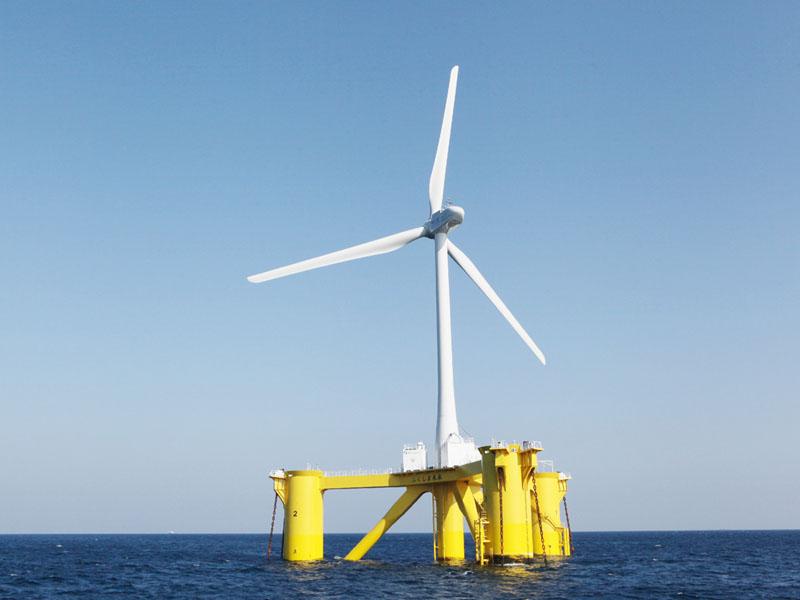 福島県楢葉町の沖合20キロに設置された洋上風力発電設備=6日(福島洋上風力コンソーシアム提供)
