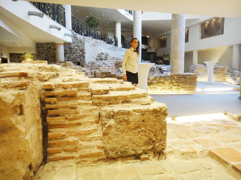 ホテル「アレナ・ディ・セルディカ」の建物内に取り込まれたローマ帝国の遺跡=7日、ソフィア(時事)