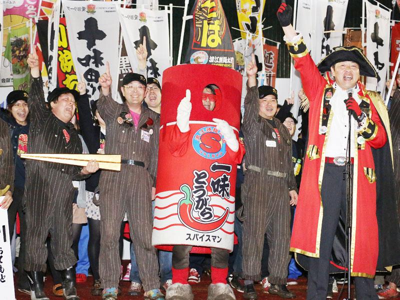 ご当地グルメの祭典「第8回B-1グランプリ」で、ゴールドグランプリに輝き喜ぶ浪江焼麺太国のメンバーら=10日午後、愛知県豊川市