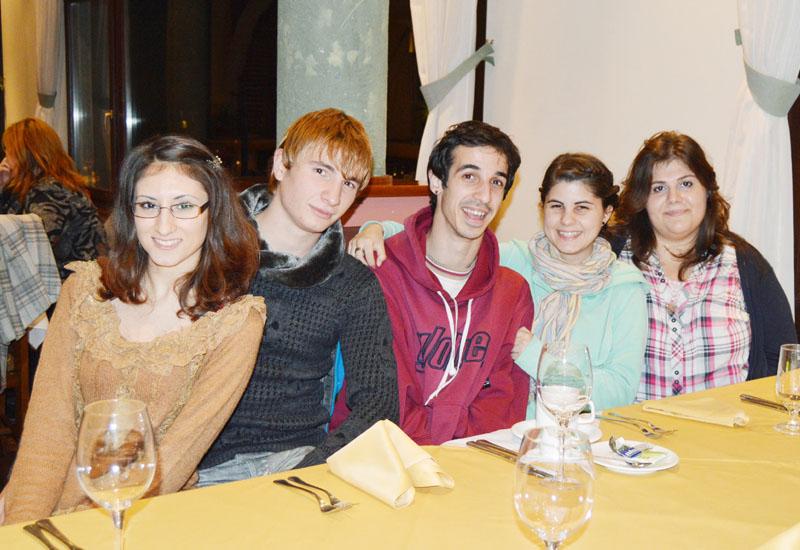11日、ブルガリア中部ベリコタルノボで日本語を学ぶ学生5人。左からヨルダノバさん、アンゲロフさん、バヌシェフさん、ドンドゥコバさん、チャカロバさん(時事)