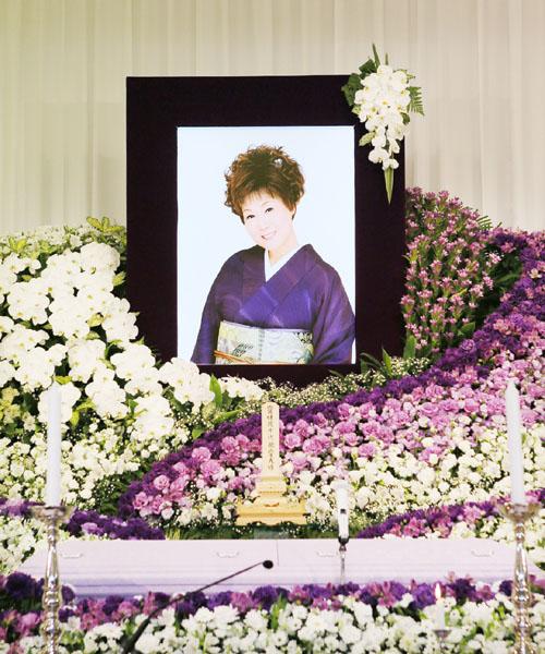 島倉千代子さんの葬儀で祭壇に飾られた遺影=14日午前、東京都港区の青山葬儀所