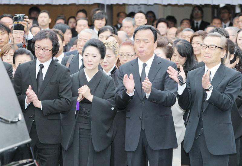 ヒット曲「人生いろいろ」が流れる中、島倉千代子さんのひつぎを見送る石川さゆりさん(左から2人目)、細川たかしさん(同3人目)ら=14日午後、東京都港区の青山葬儀所