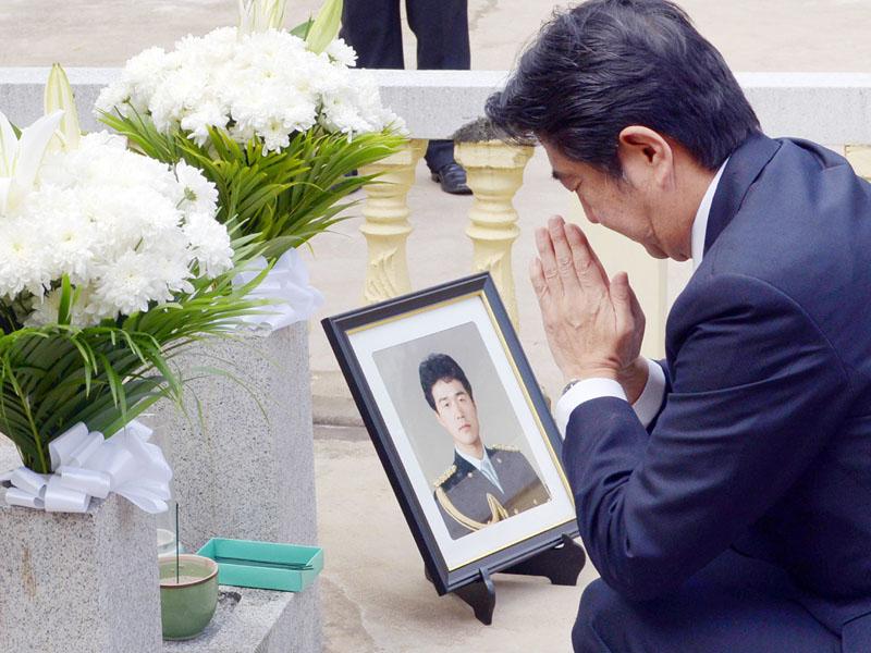故高田晴行警視の慰霊碑の前で手を合わせる安倍晋三首相